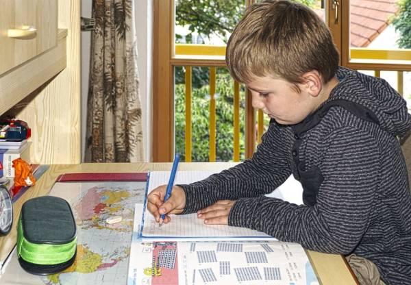 שולחן כתיבה לתלמיד