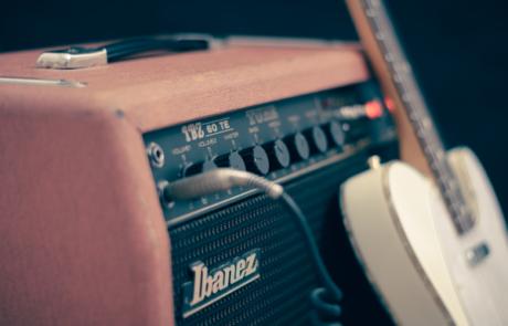 מגבר לגיטרה חשמלית – מה ההבדלים בין מנורה לטרנזיסטור