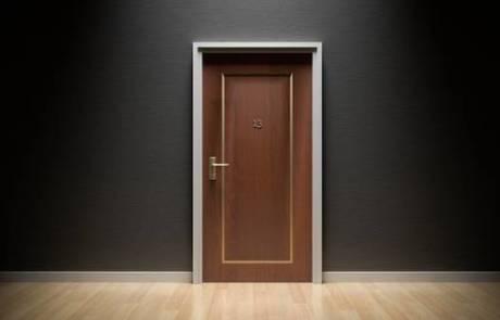 מתפרצים לדלת פתוחה