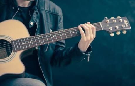 איך להחליף מיתרים בגיטרה קלאסית