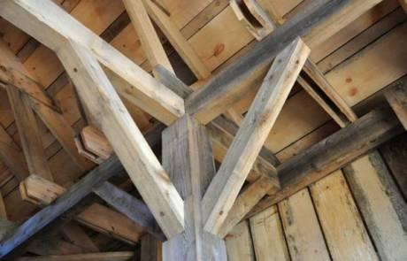 כיצד בוחרים קורות עץ לבנייה?