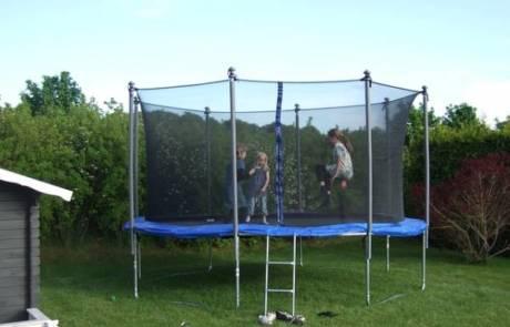 איך לבחור טרמפולינה בטיחותית לחצר