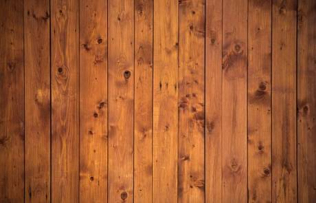 להתאים את הרצפה דמוי פרקט למעקה בבית